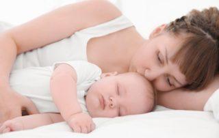 Fieberndes Kind mit Mutter