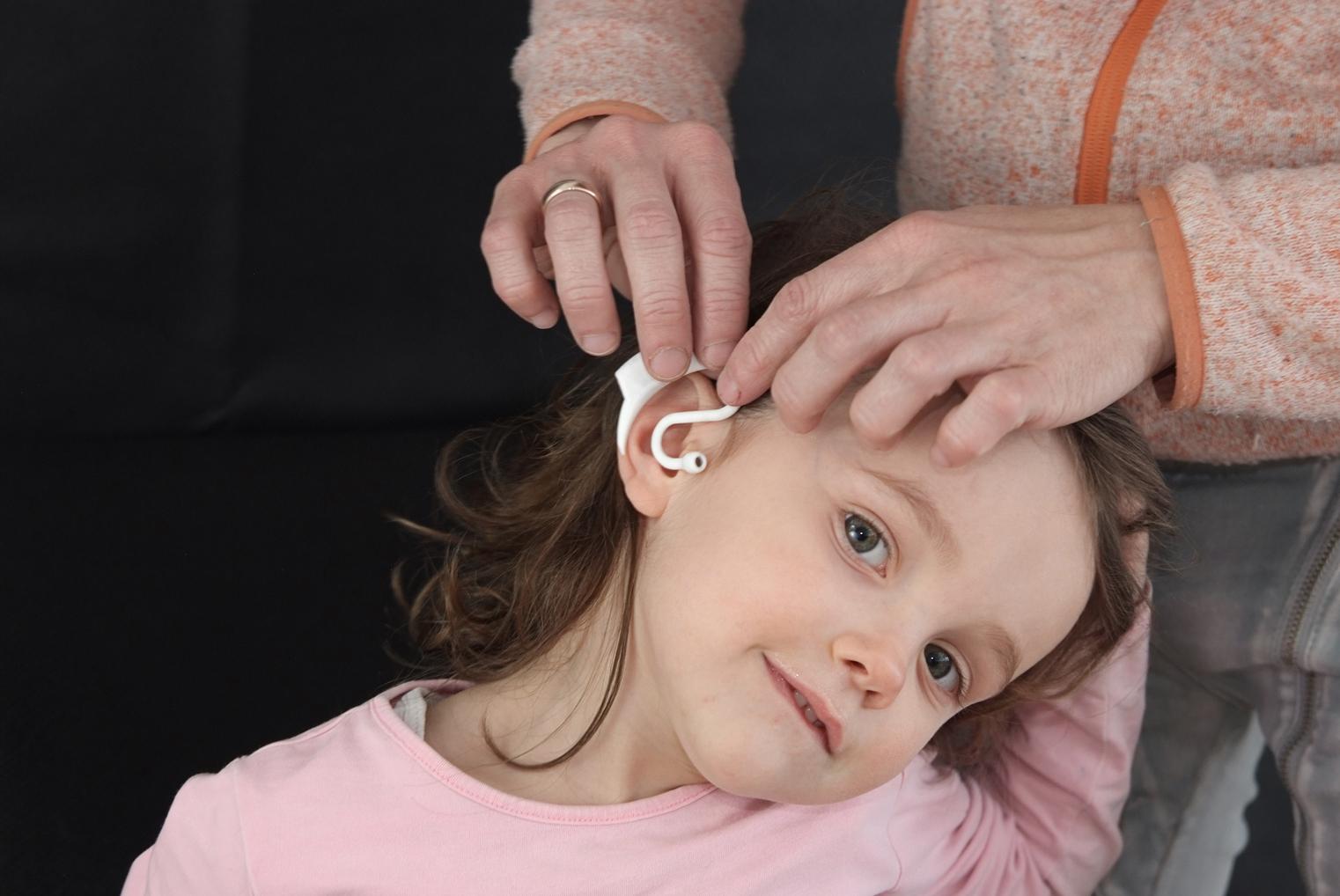 Einfaches Anlegen des Kinderthermometers am Ohr für eine durchgehende Temperaturmessung