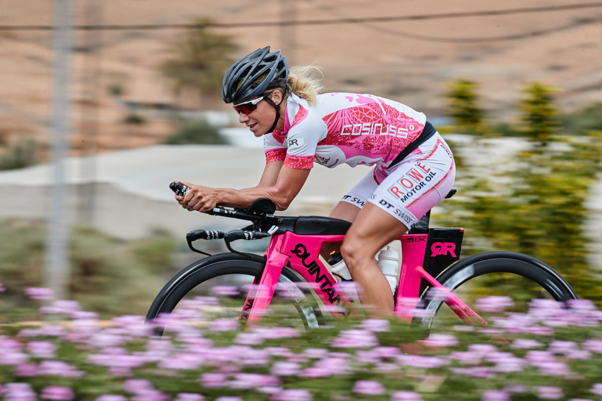 Anja Ippach, die Profi Triathletin ganz in pink beim Training auf Ihrem Rennrad