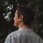 Der Im-Ohr-Sensor der Cosinuss GmbH kann wie ein Hörgerät im Ohr befestigt werden, misst kontinuierlich verschiedene Vitalparameter und wird im Projekt »MOND« durch die Komponente der EEG-Erfassung erweitert.
