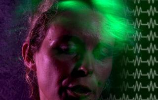 Pulsmessen im Ohr bei Kandidatin in einer TV Show